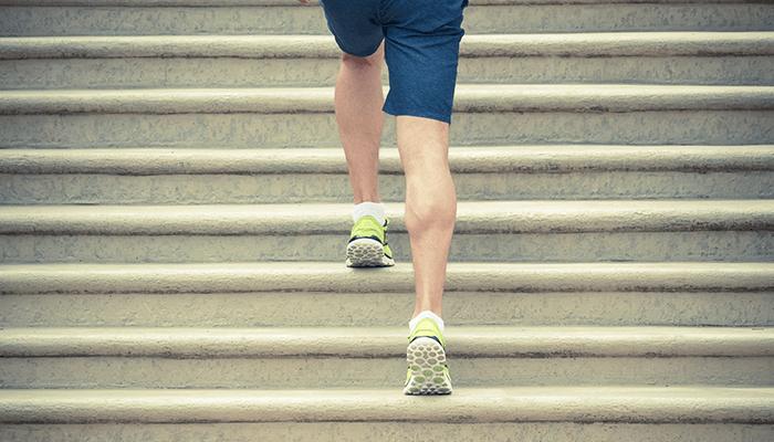 階段上りの膝の筋力トレーニングイメージ